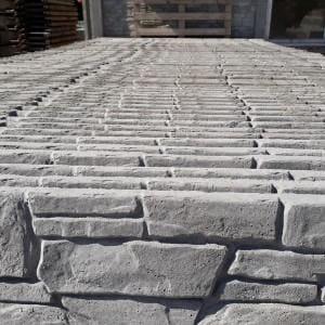 kamienne płyty w wzorze muru